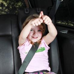 Fröhliches Mädchen sitzt im Taxi