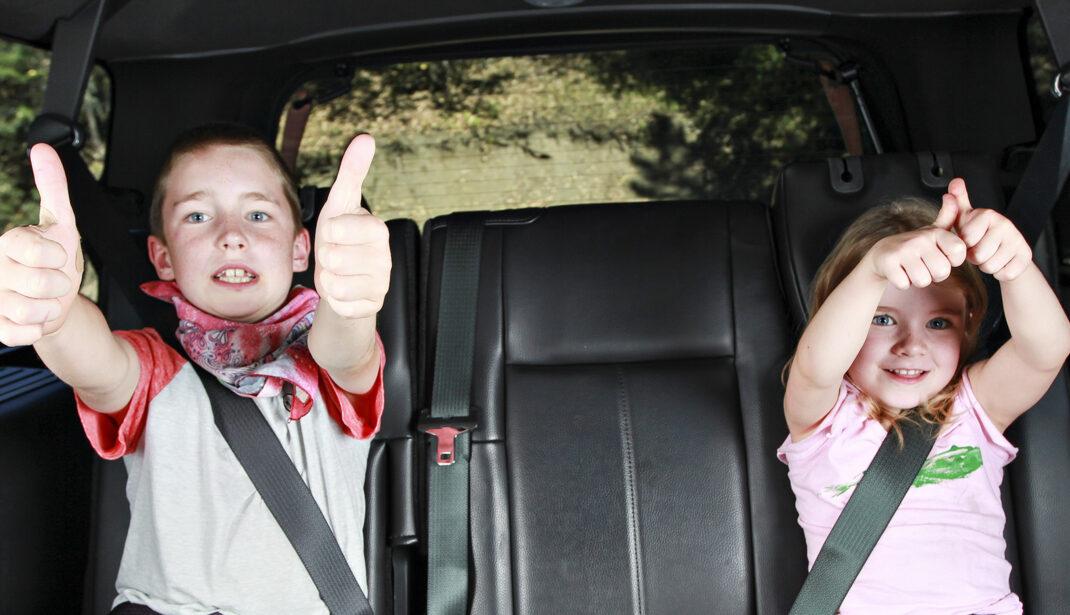 Zwei freudige Kinder im SBS-Taxi