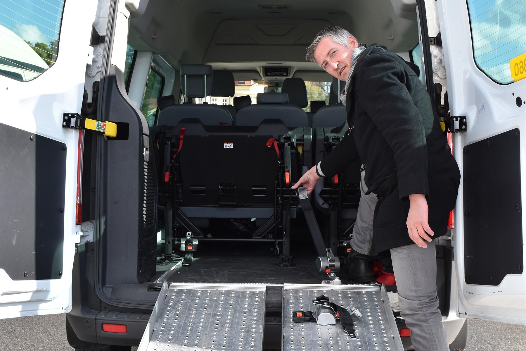 SBS-Mitarbeiter überprüft Transportgurte im Taxi