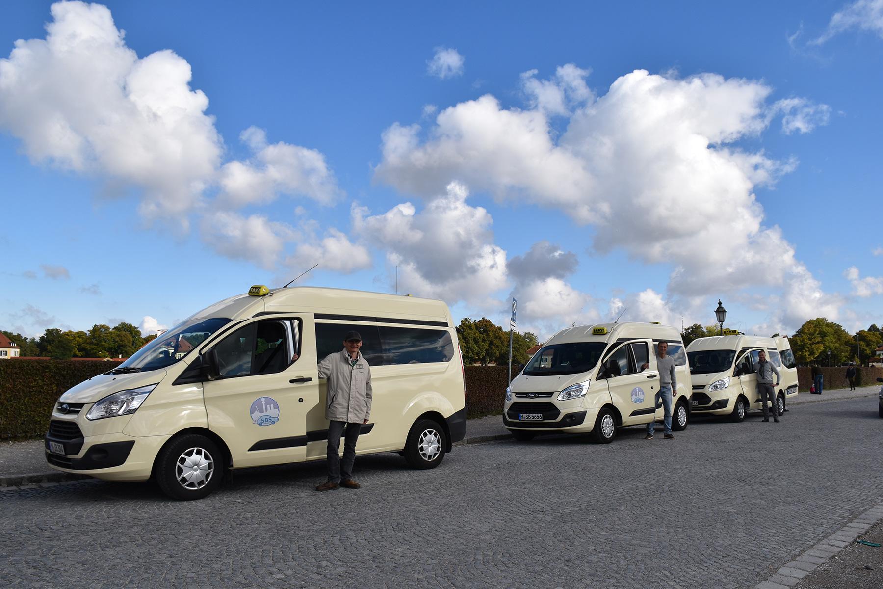 Drei Taxis der Firma SBS München