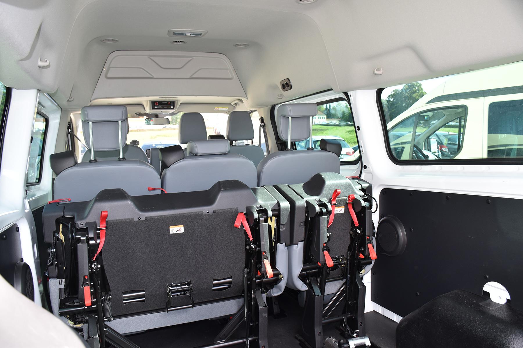 Taxi-Innenraum mit Sicherheitsausstattung für Rollstühle