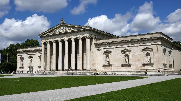 Klassizistisches Gebäude mit Säulen und Giebeldach