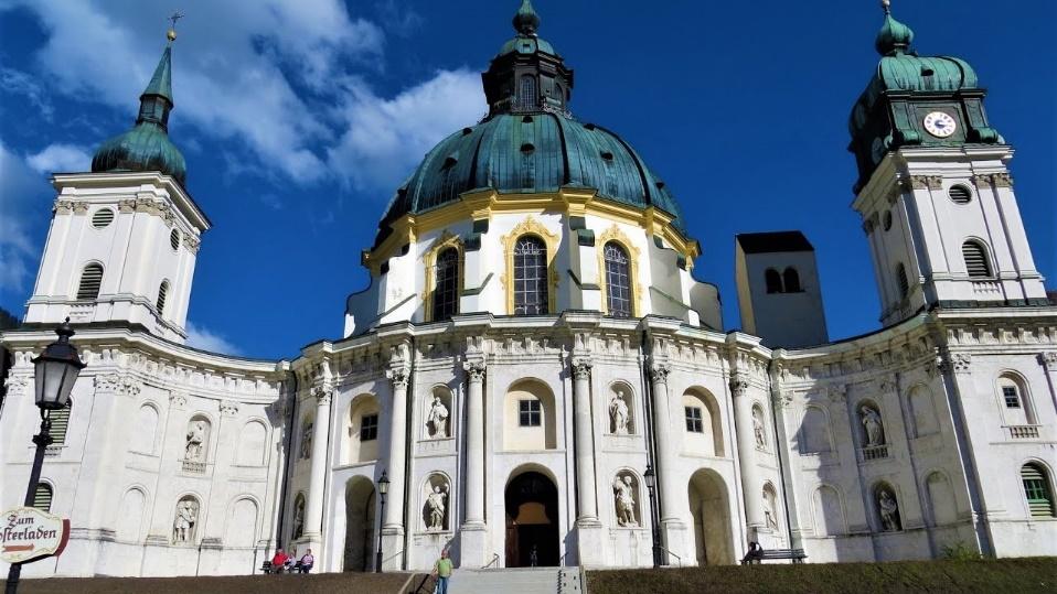 Kloster Ettal Basilika mit hoher runder Kuppel im Sonnenlicht