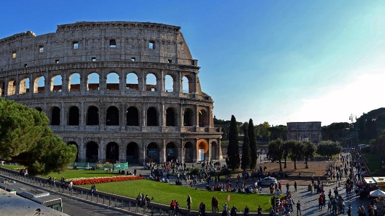 Monumentale römische Arena mit Rundbögen