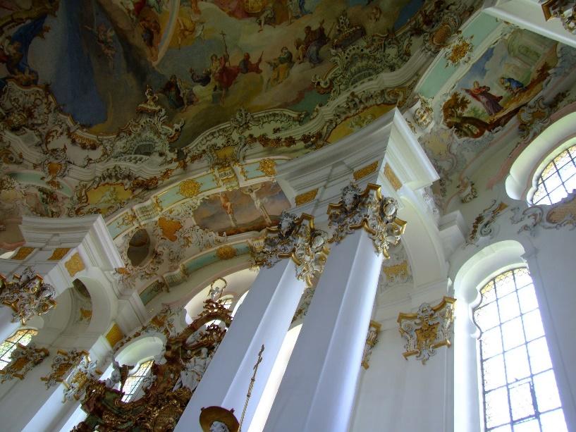 Weiße Innenpfeiler der barocken Wieskirche mit hohen Fenstern für viel Lichteinlass und fantastischen Deckenfresko