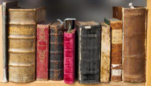 Geschichtliches in alten Büchern im Regal