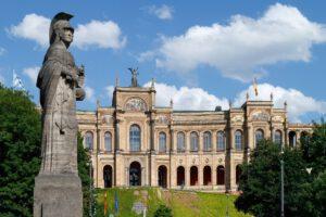 Maximilaneum mit Statue im Vordergrund