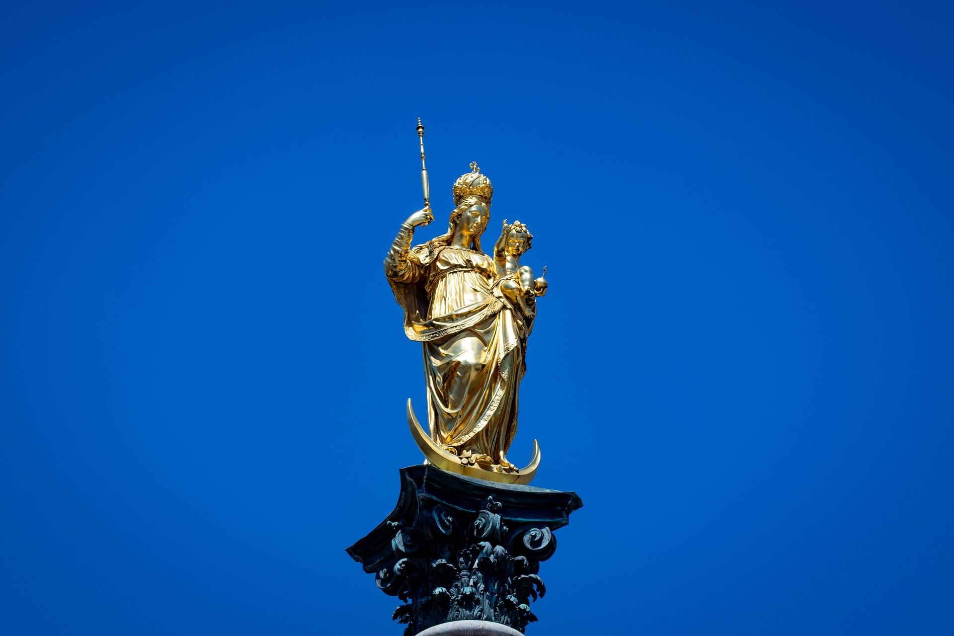 vergoldeten Marienstatue aus Bronze am Marienplatz