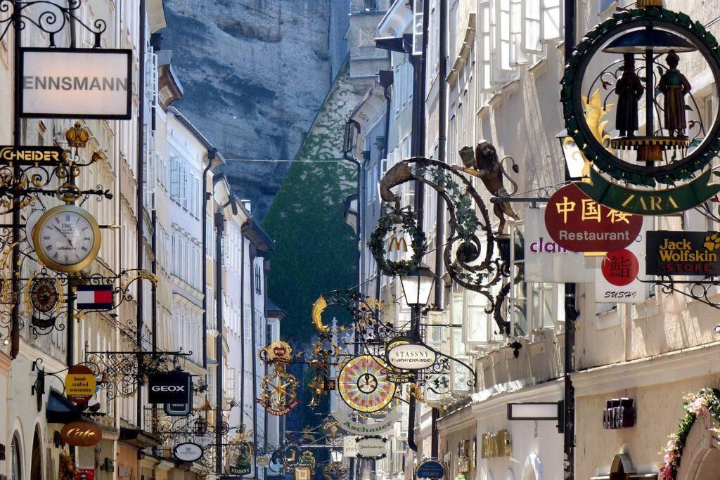 Geschäftsschilder der Getreidegasse in Salzburg