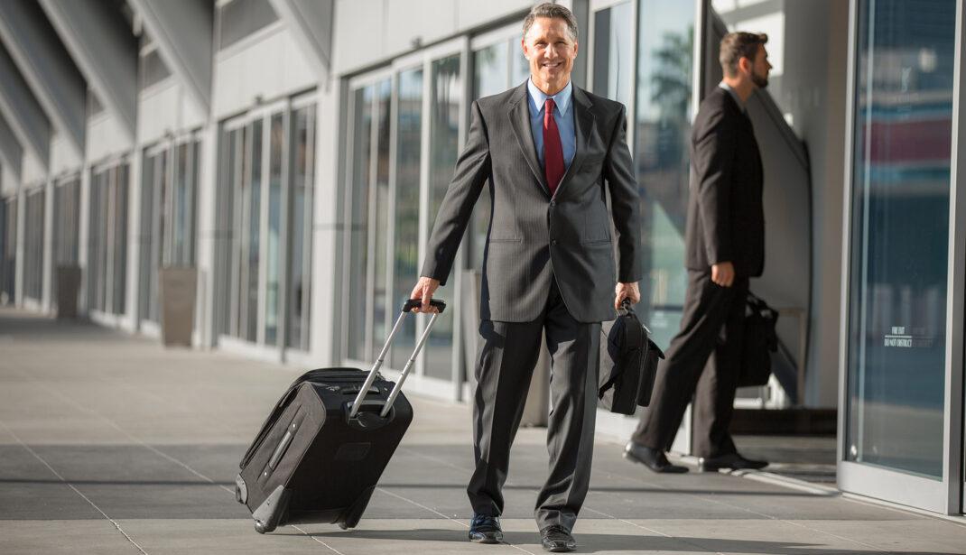 Geschäftsmann mit Koffer am Flughafen München