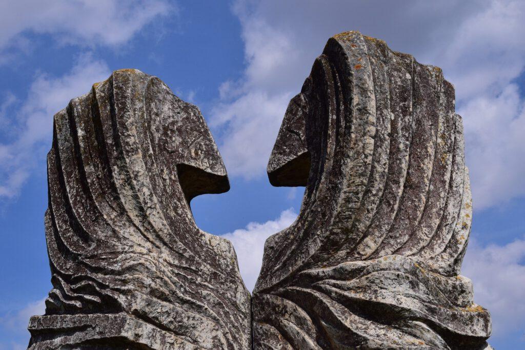 aus stein gemeißelte, tierähnliche Statuen